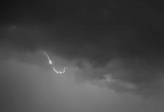 Blitz: Blitzbolzen, lokalisiert gegen schwarzen Boden Stockfoto