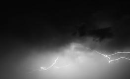 Blitz: Blitzbolzen, lokalisiert gegen schwarzen Boden Lizenzfreies Stockbild