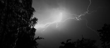 Blitz: Blitzbolzen, lokalisiert gegen schwarzen Boden Lizenzfreie Stockfotos