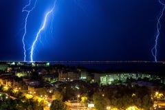Blitz blitzte nahe der Brücke Stockfoto
