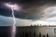 Blitz-Bolzen auf Tampa Bay Lizenzfreie Stockbilder