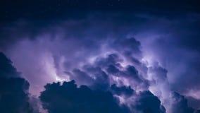 Blitz-Bolzen in den dunklen Sturm-Wolken Lizenzfreie Stockfotos