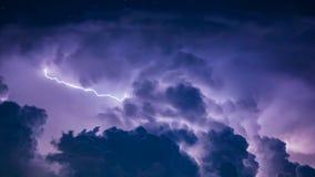 Blitz-Bolzen in den dunklen Sturm-Wolken Stockbild