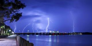 Blitz, der über Brücke schlägt Lizenzfreies Stockbild