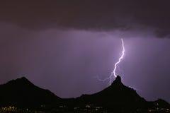 Blitz, der Berggipfelspitze schlägt stockfotografie