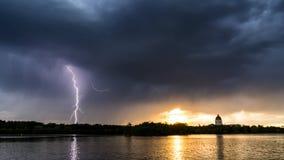Blitz, der den Sonnenuntergang unterbricht Stockbild