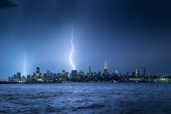 Blitz, der in der Dämmerung New- York Citystadtmittewolkenkratzer schlägt Stockbilder