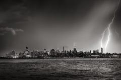 Blitz, der in der Dämmerung New- York Citywolkenkratzer Schwarzes u. Weiß schlägt Stockfoto