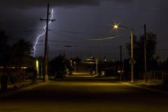 Blitz, der in der Nacht in einer Nachbarschaft von Tucson Arizona schlägt Stockfotografie