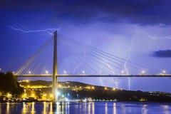 Blitz, der eine Brücke schlägt Stockbild