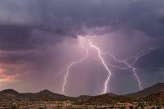 Blitz, der einen Gebirgszug schlägt Stockfoto