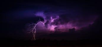 Blitz in der großen Cumulonimbuswolke Stockbild