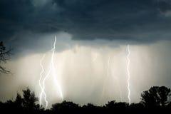 Blitz in der Nacht mit rotem Himmel bei stürmischem Wetter Stockfotos