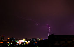 Blitz in der Stadt nachts Lizenzfreies Stockbild