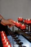 Blitz ein Kerze in einer Kapelle Stockbild