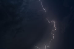 Blitz in einem Nachtgewitter Stockbild