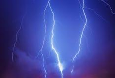 Blitz in einem stürmischen Himmel Stockfotografie