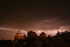 Blitz in einem Sturm in der alten medival Stadt mit Schloss und einer Kapelle (Kamnik, Slowenien) Stockfoto