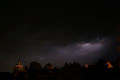 Blitz in einem Sturm in der alten medival Stadt mit Schloss und einer Kapelle (Kamnik, Slowenien) Lizenzfreies Stockfoto