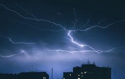 Blitz-Gewitter über der Stadt Stockfoto