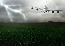 Blitz herüber und steigen Flugzeuge ab. Lizenzfreie Stockbilder