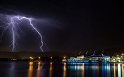 Blitz hinter Ufergegendgebäude Lizenzfreie Stockbilder