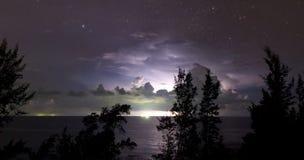 Blitz hinter Wolken mit sternenklarem Himmel Lizenzfreies Stockbild