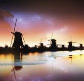 Blitz im bewölkten bewölkten Himmel Traditioneller niederländischer Windmühlenkanal Stockfotos
