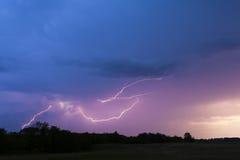 Blitz im bewölkten Himmel. Lizenzfreies Stockfoto