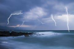 Blitz im bewölkten Himmel Stockfotografie