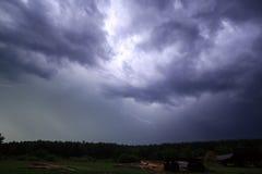 Blitz im Himmel auf dem Hintergrund von Bäumen Lizenzfreies Stockbild