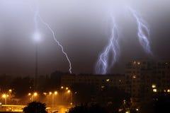 Blitz im Himmel in der Stadt Lizenzfreie Stockfotos