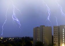 Blitz im Himmel in der Stadt Lizenzfreie Stockfotografie