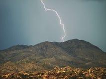 Blitz im Himmel Elektrische Entladungen im Himmel Stockfotografie