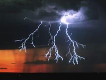 Blitz im Himmel Elektrische Entladungen im Himmel Lizenzfreie Stockbilder