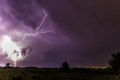 Blitz im Himmel nachts Stockbilder
