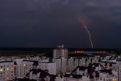 Blitz im nächtlichen Himmel über den Stadthäusern Lizenzfreie Stockfotografie