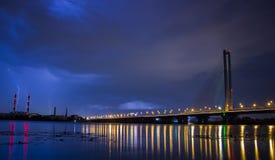 Blitz im nächtlichen Himmel über der Stadt Stockfoto