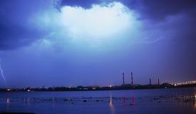 Blitz im nächtlichen Himmel über der Stadt Lizenzfreie Stockfotografie