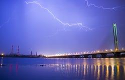Blitz im nächtlichen Himmel über der Stadt Lizenzfreies Stockbild