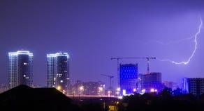 Blitz im nächtlichen Himmel über der Stadt Lizenzfreie Stockbilder