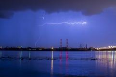 Blitz im nächtlichen Himmel über der Stadt Lizenzfreie Stockfotos