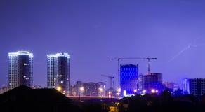 Blitz im nächtlichen Himmel über der Stadt Lizenzfreies Stockfoto