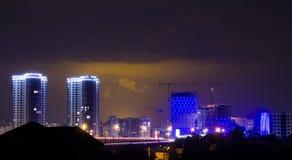 Blitz im nächtlichen Himmel über der Stadt Stockbild