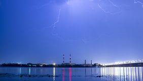 Blitz im nächtlichen Himmel über der Stadt Stockfotografie