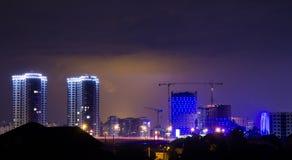 Blitz im nächtlichen Himmel über der Stadt Stockbilder