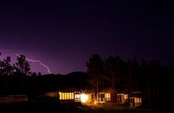 Blitz im nächtlichen Himmel über Häusern Lizenzfreies Stockfoto