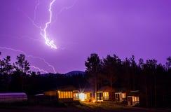 Blitz im nächtlichen Himmel über Häusern Lizenzfreie Stockfotos