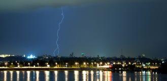 Blitz im nächtlichen Himmel. Lizenzfreies Stockfoto