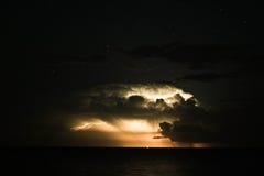 Blitz im nächtlichen Himmel Stockbild